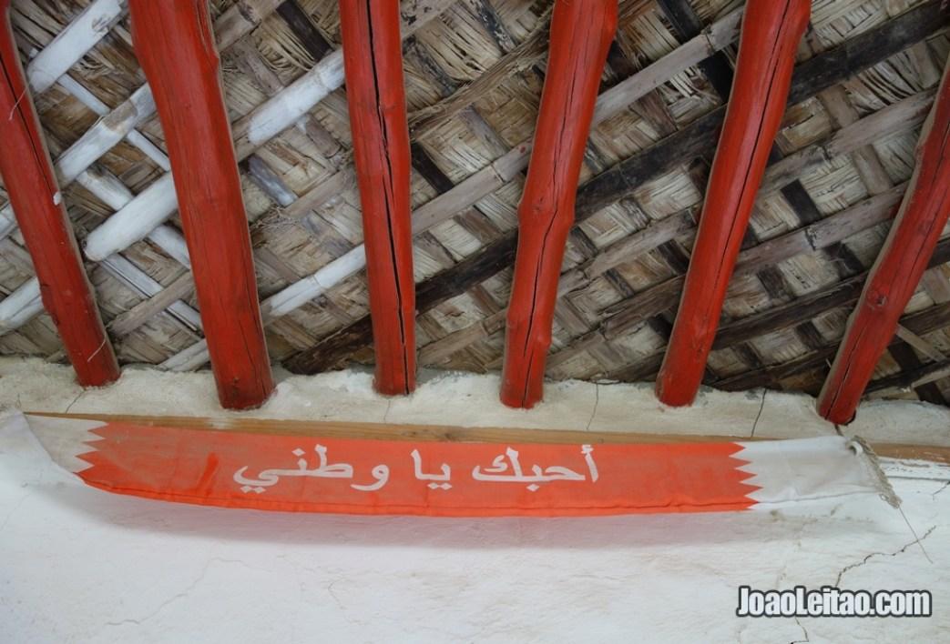 """Entrada em casa particular com a inscrição """"Amo-te meu país"""""""