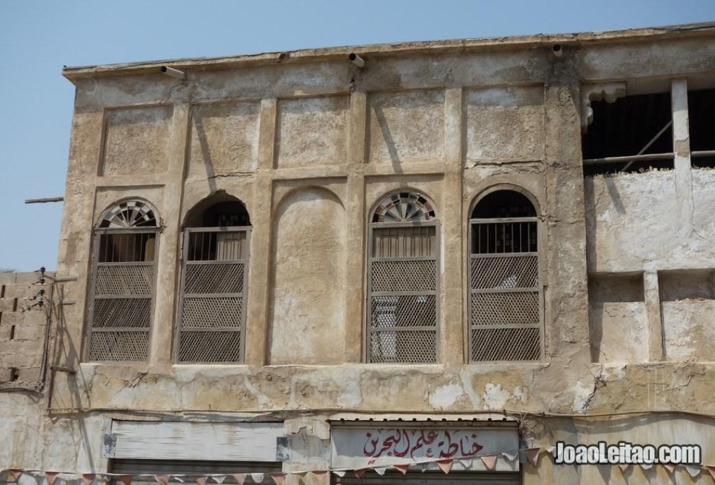 Casa abandonada dentro do bairro histórico de Murharraq