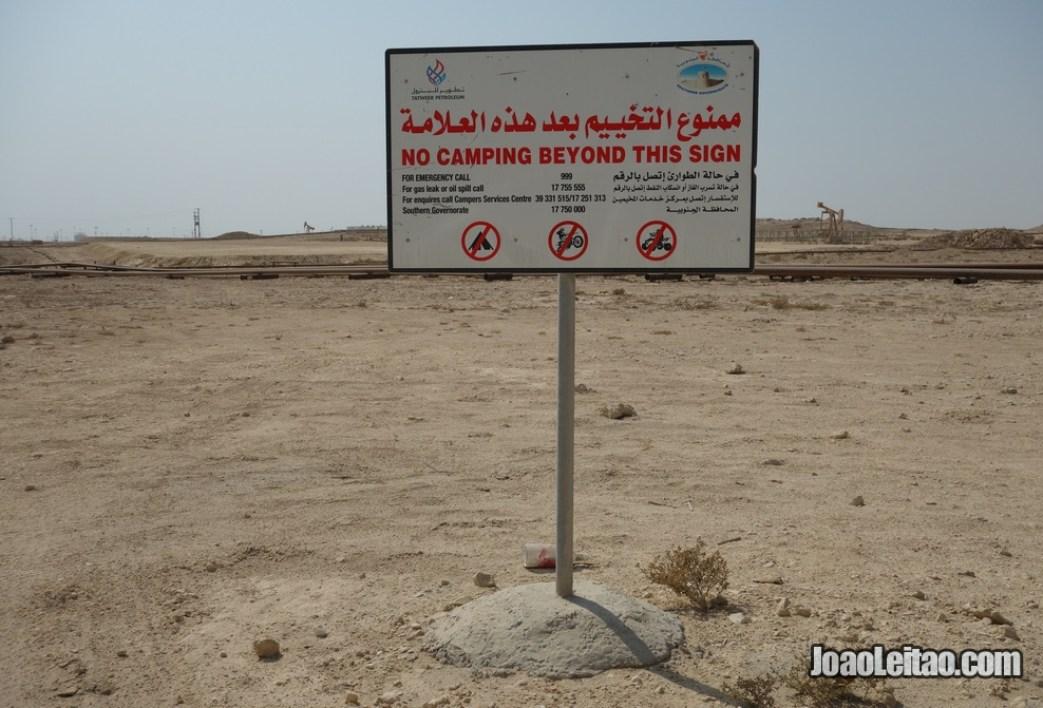 Aviso que não é permitido acampar nesta zona do campo de petróleo