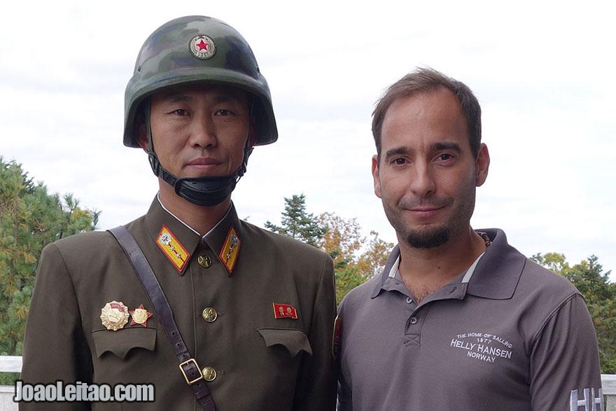 Tirar fotos com oficiais da RPDC