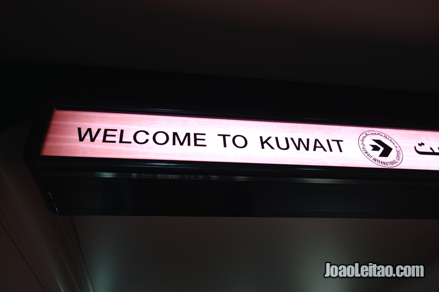Placa no aeroporto para dar as boas-vindas: Welcome to Kuwait