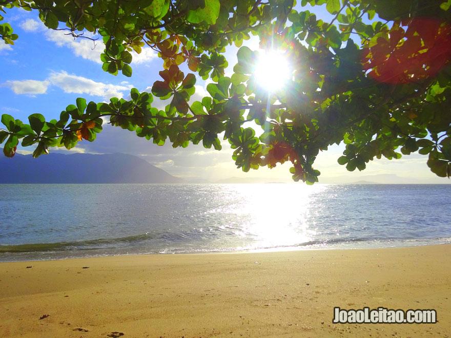 Praia em Ribeirão da Ilha em Florianópolis, Ilha de Santa Catarina