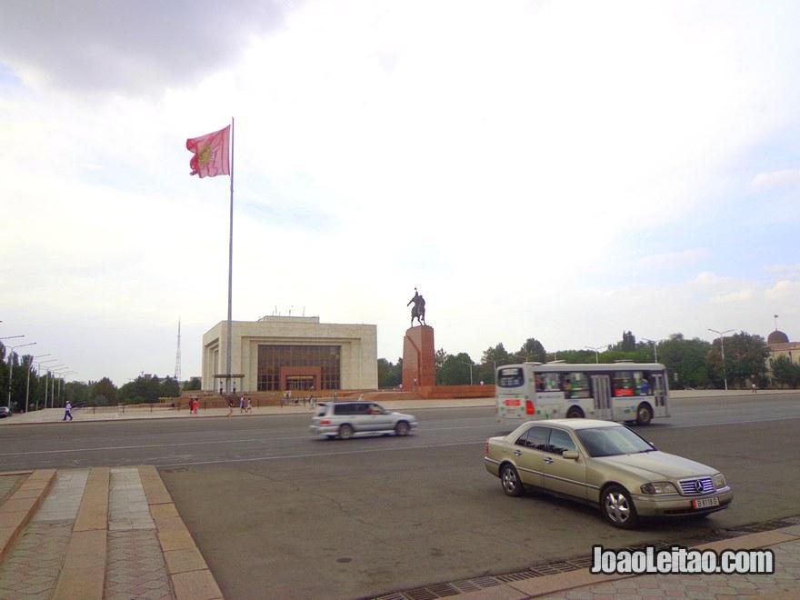 Ala-Too é a praça central de Bishkek. A praça foi construída em 1984
