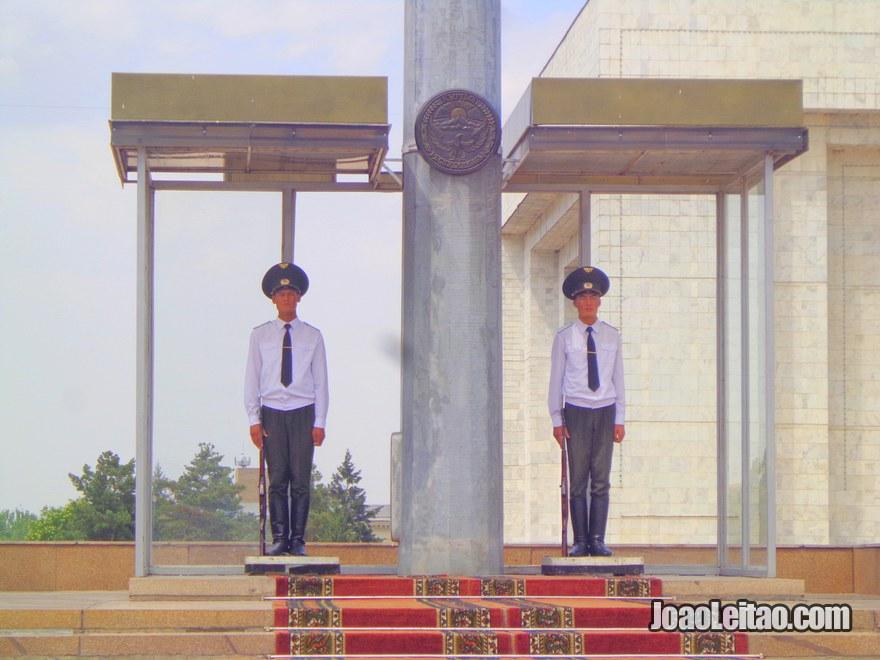 Dois guardas presidenciais na Praça Ala-Too