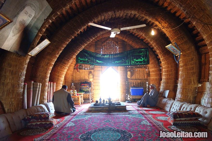 Dentro de uma casa de palha no sul do Iraque