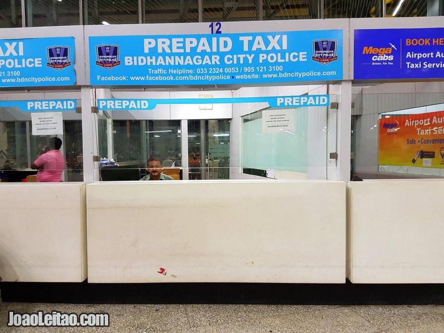 Guichet de táxis pré-pagos no aeroporto de Calcutá