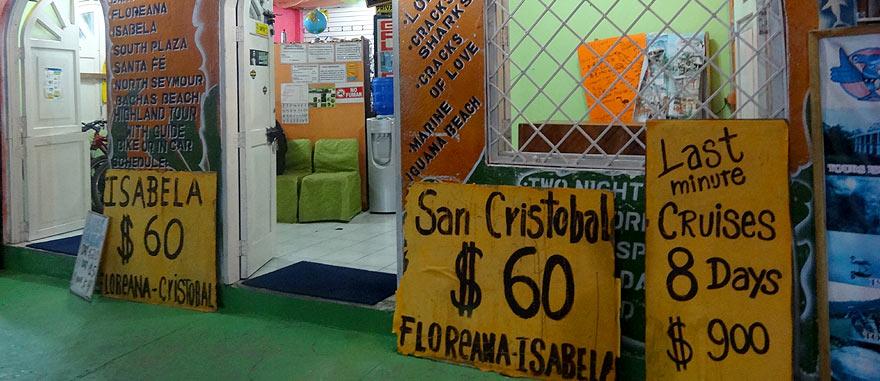 Preços dos cruzeiros de última hora à porta de uma agência de viagens em Puerto Ayora
