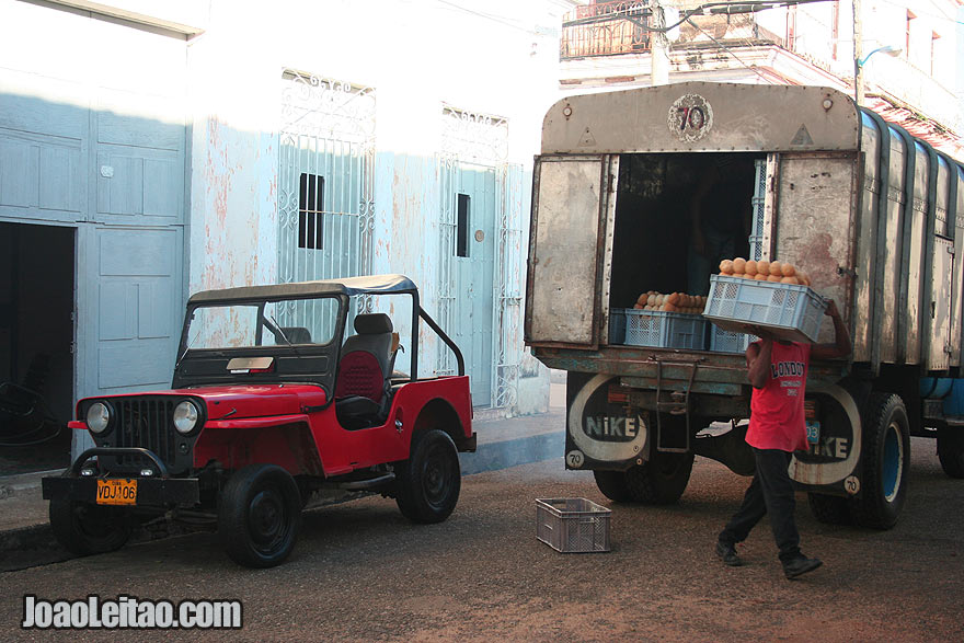 Man carrying bread out of truck in Remedios