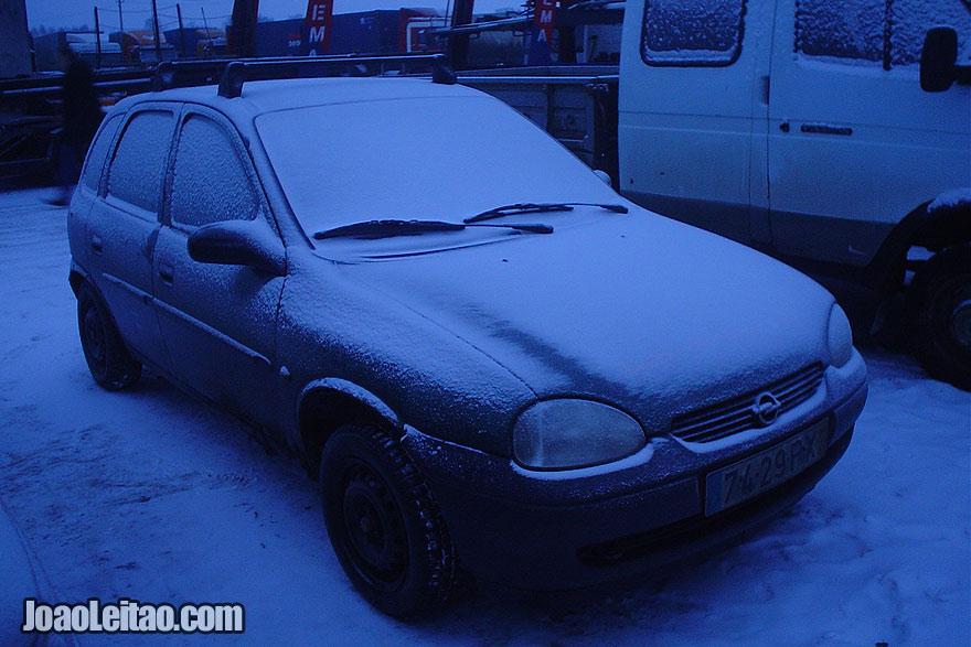 Carro coberto de gelo pela manhã