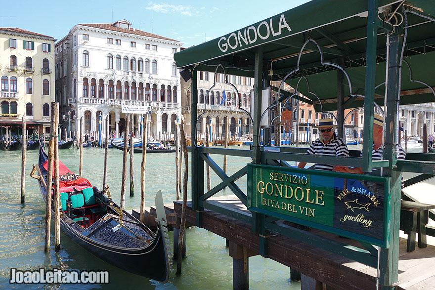 Paragem de Gôndolas no Grande Canal de Veneza