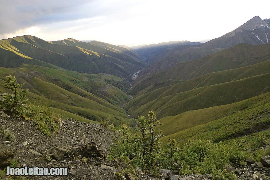 Lindo vale com rio nas montanhas do Quirguistão na Cordilheira de Fergana