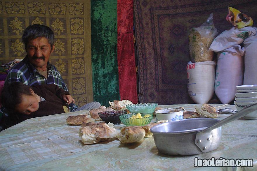 Dentro de uma tenda yurt nómada no Cazaquistão