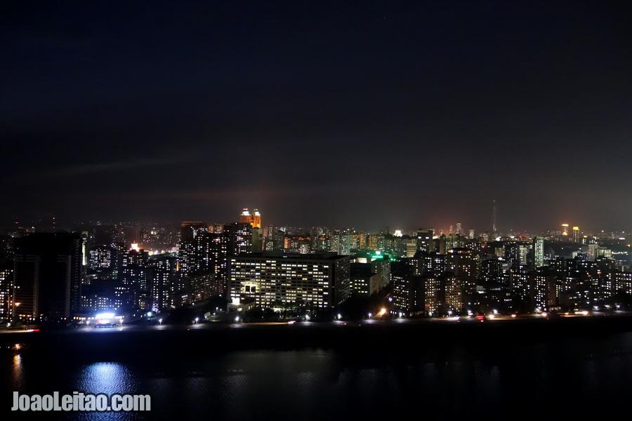 Vista do Rio Taedong à noite, Pyongyang