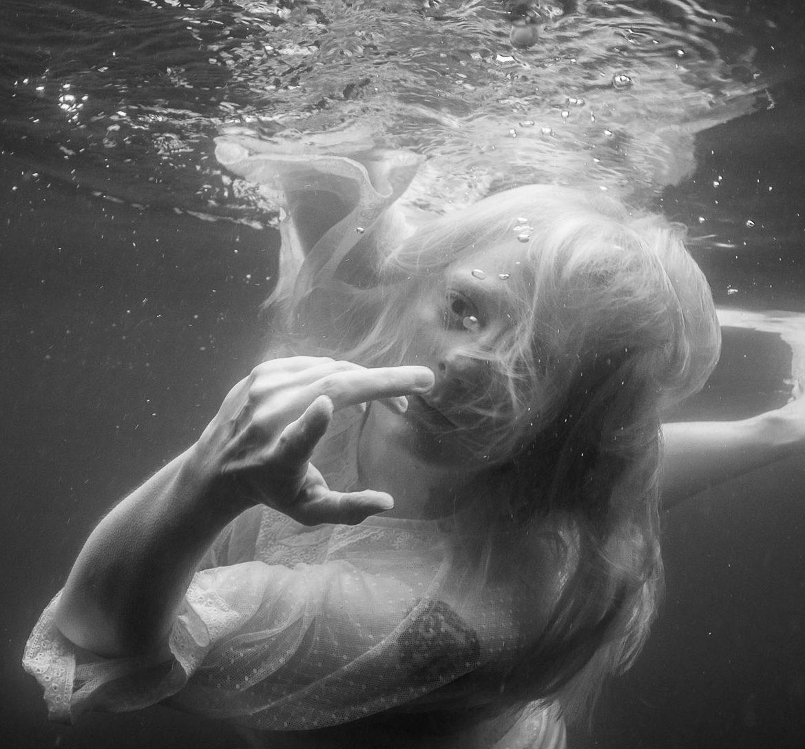 Cornelia, atemlos – monochrome