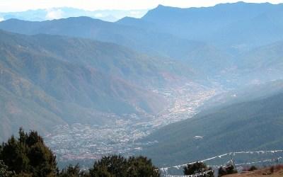 Bhutan, tijdens de trekking, de vallei waar Thimpu ligt
