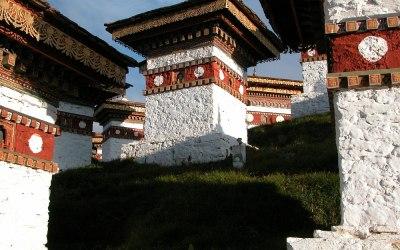 Bhutan, tussen Thimpu en Wangdi Phodrang. Op de pas is een heiligdommetje met 108 stupa's