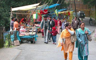 Marktkraampjes langs de weg, Darjeeling, West-Bengalen, India, 2009