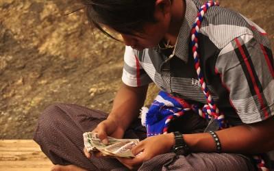 Myanmar, Kyaiktiyo, Poortwachter bij de Gouden Rots