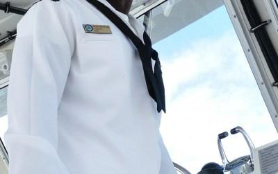 Matroos op touristenbootje richting USS Arizona, Pearl Harbor, Hawaii, 2011