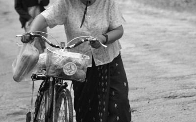 Myanmar, een regenachtige ochtend op een kruispunt in Hsipaw