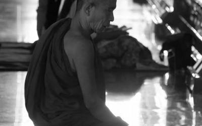 Myanmar, biddende monnik in Mahamuni klooster in Mandalay