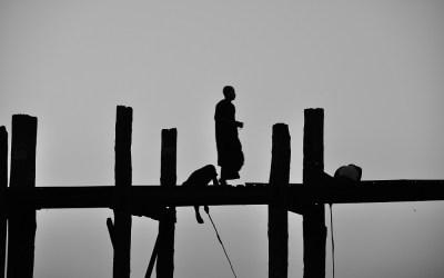 Myanmar, U Bein brug met op de achtergrond de zonsondergang