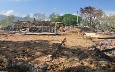 Trieste aanblik van het recent afgebrande traditionele dorp Wologai, Flores, Indonesië, 2012