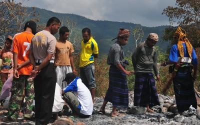 Overleg bij het recent afgebrande traditionele dorp Wologai, Flores, Indonesië, 2012