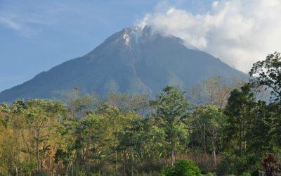 Werkende vulkaan tussen de stad Ende en Bajawa, Flores, Indonesië, 2012