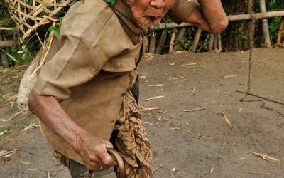 Oudere bewoner in de buurt van Senaru, Lombok, Indonesië, 2012
