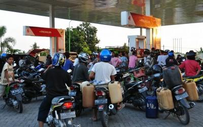 Politieke spelletjes met verkrijgbaarheid van benzine, Lombok, Indonesië, 2012