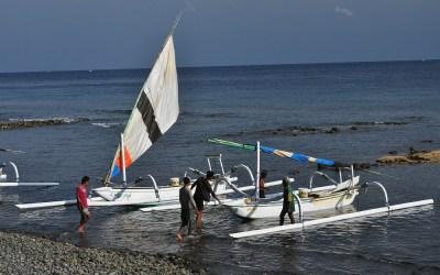 Vissers bij het strand van Amed, Bali, Indonesië, 2012