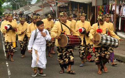Optocht richting Besakih Tempel, Bali, Indonesië, 2012