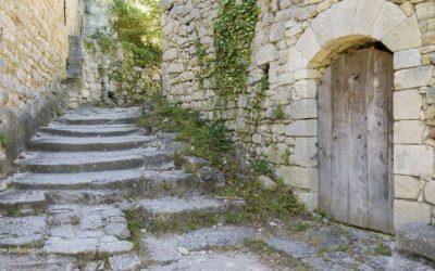 Straatje naar de kerk, Oppéde le Vieux, Provence, Frankrijk, 3-7-2016
