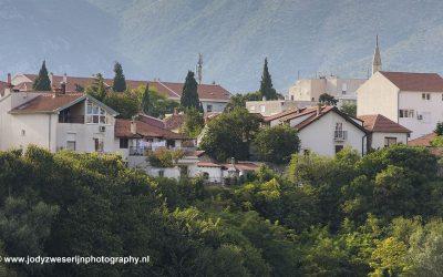 Aan de oever van de Neretva, Mostar, Bosnië, september 2019