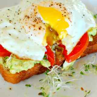 Avocado toast with fried egg. Delicious combination of flavors and easy to make. | joeshealthymeals.com