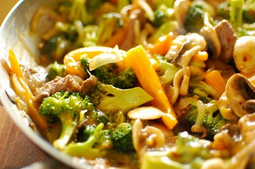 Spicy orange beef stir fry. Sweet and hot at the same time, but totally delicious. | joeshealthymeals.com