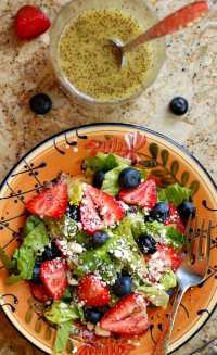 Strawberry salad with homemade poppy seed dressing. Wonderfully refreshing summertime salad that everyone loves! | joeshealthymeals.com