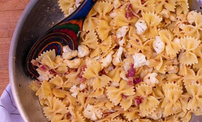 Skillet with cauliflower pasta and pancetta.