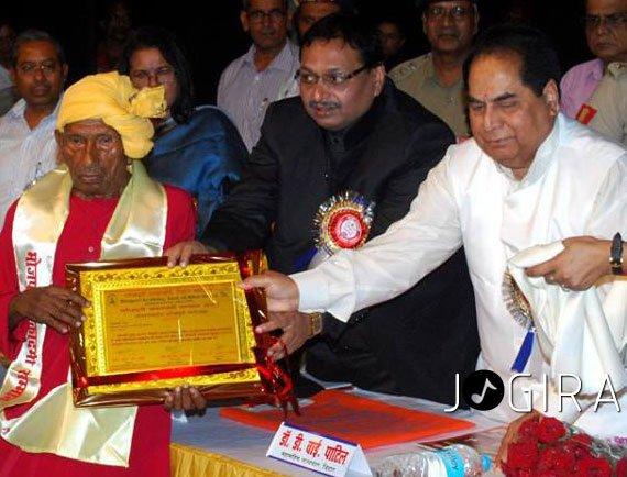 Shree Bhikhari Thakur Receives Award