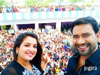 amrapali dubey and dinesh lal yadav nirahua with fans