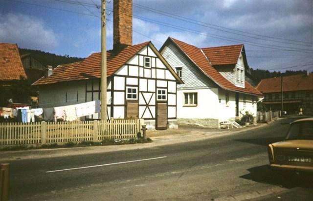 """Links das alte Backhaus, daneben das Bürgermeisteramt und ganz rechts der """"Dienstwagen"""" des Ortspfarrers."""