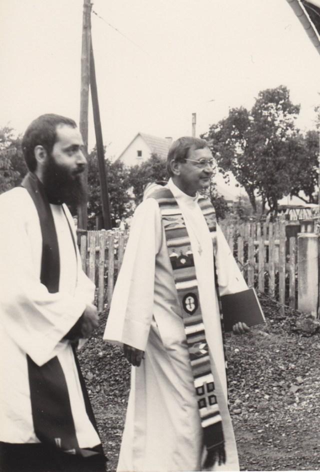 Pfarrer Johannes Ziegner und Pfarrer Kirchenrat Dr. Hermann Lins auf dem Weg zum Festgottesdienst.