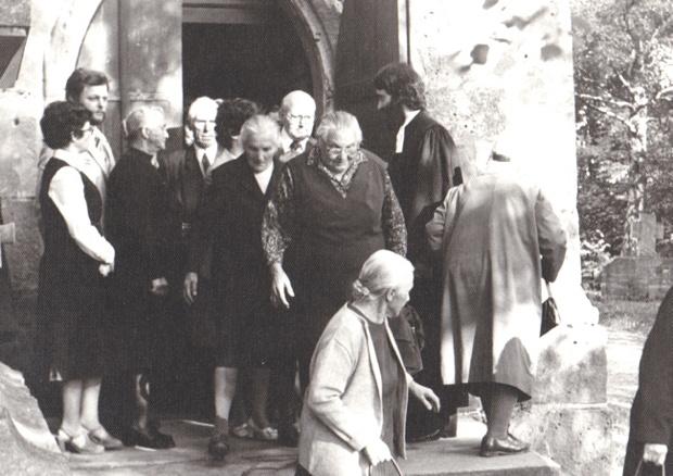 Der 1. Gottesdienst 1980 ist geschafft und die Gemeinde wird verabschiedet.