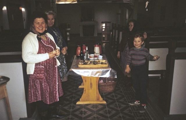 Die Frauen unterstützen die Außenarbeiten mit Kaffee und Kuchen.