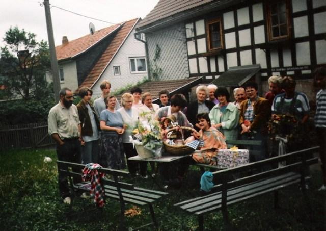 Der treue Frauenkreis bringt zur Abfahrt Wurst, Brot und so manche Leckerei.
