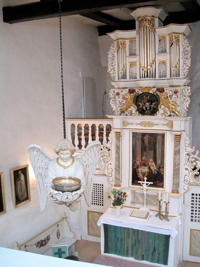 Schwebender Taufengel in der Kapelle der evangelischen Burg Bodenstein.