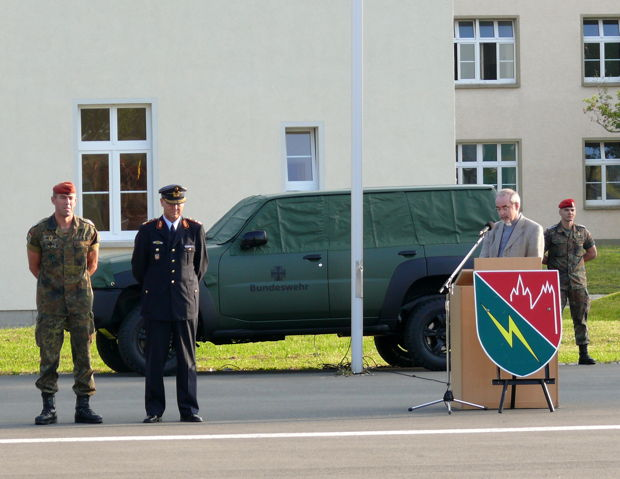 Kommandeur, General und Militärpfarrer beim Morgenappell 2008.