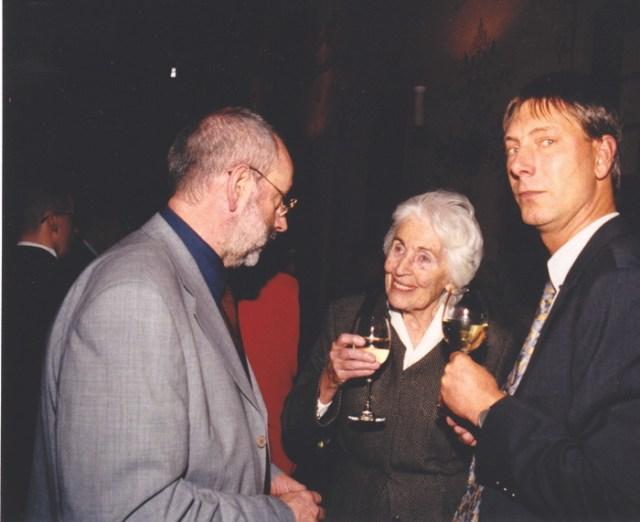 Schulreferent Johannes Ziegner im Gespräch mit Frau Hamm-Brücher, 2002.