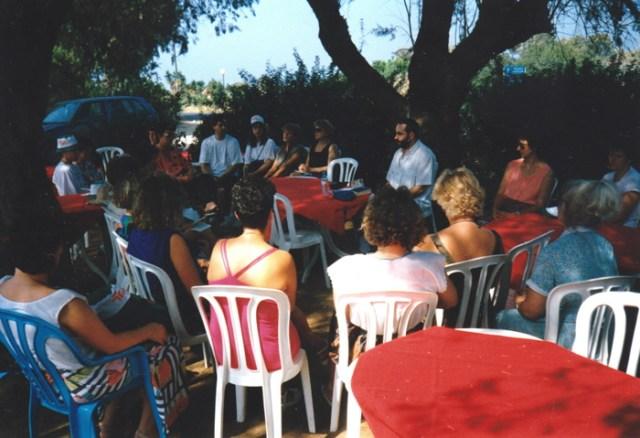 """Die Religionslehrergruppe """"Neuhaus"""" bei einem Gottesdienst auf einem Parkplatz vor Jerusalem 1993."""